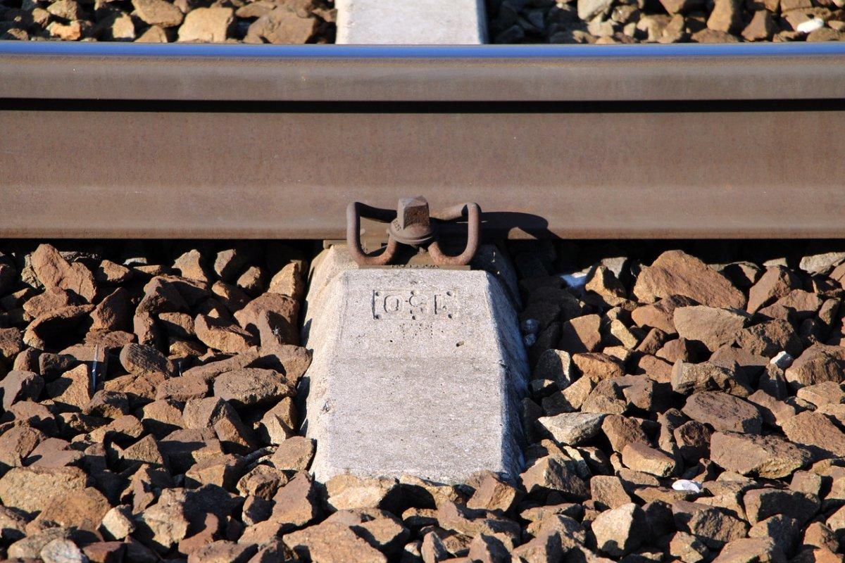 railway-1263373_1280 Lebensgefahr |Jugendliche legen in Meitingen Schottersteine auf die Gleise Landkreis Augsburg News Polizei & Co Gleise Meitingen Steine |Presse Augsburg