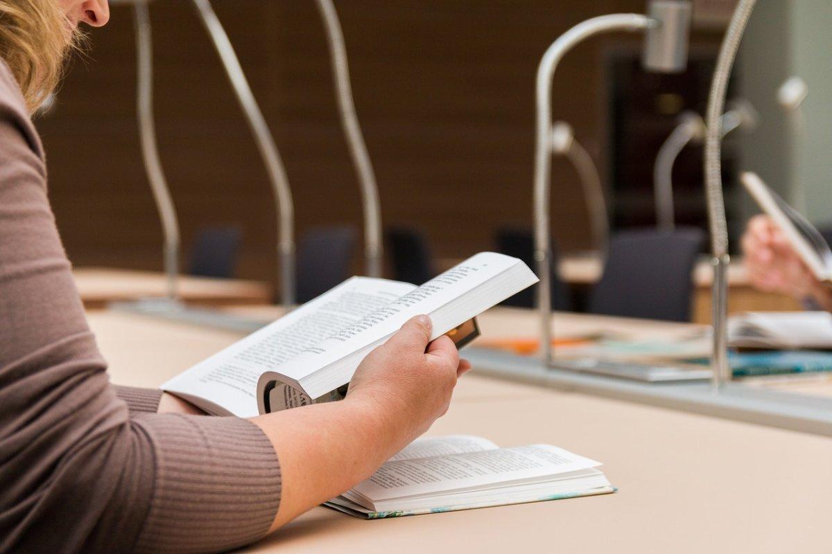 to-read-the-book-2784895_1280 Startschuss | Für 3.400 Auszubildende in Bayerisch-Schwaben beginnen die IHK-Abschlussprüfungen News Newsletter Region Wirtschaft Abschlussprüfungen Augsburg IHK Schwaben |Presse Augsburg