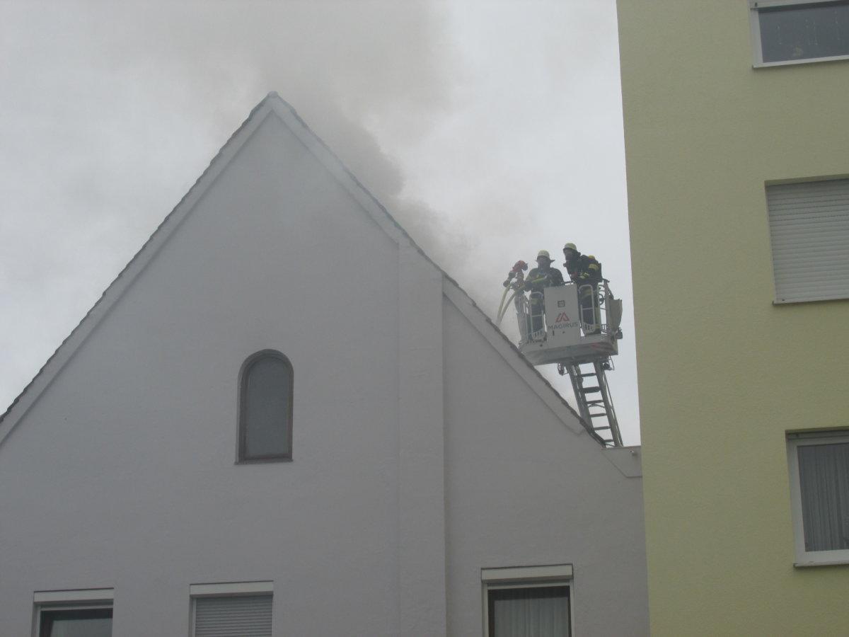 IMG_2843 Augsburg | Dachgeschoss steht in Flammen- Feuerwehr verhindert Übergreifen auf hohes Nachbargebäude Augsburg Stadt News Polizei & Co Augsburg Brand Feuerwehr Imhofstraße |Presse Augsburg