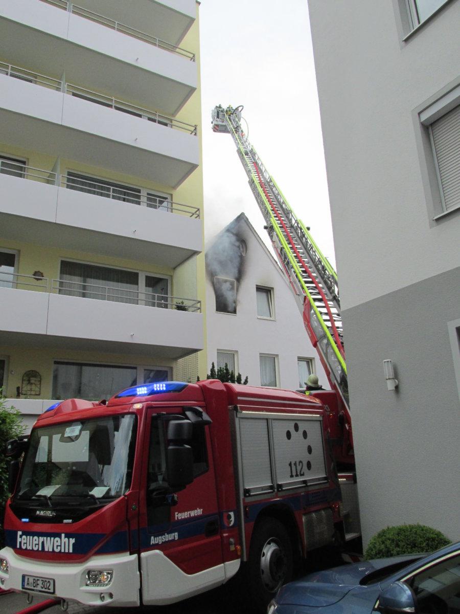 IMG_2844 Augsburg | Dachgeschoss steht in Flammen- Feuerwehr verhindert Übergreifen auf hohes Nachbargebäude Augsburg Stadt News Polizei & Co Augsburg Brand Feuerwehr Imhofstraße |Presse Augsburg