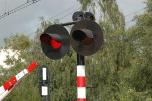 Ostallgäu | Auto bleibt im Gleisbereich stecken - Zug erfasst Pkw