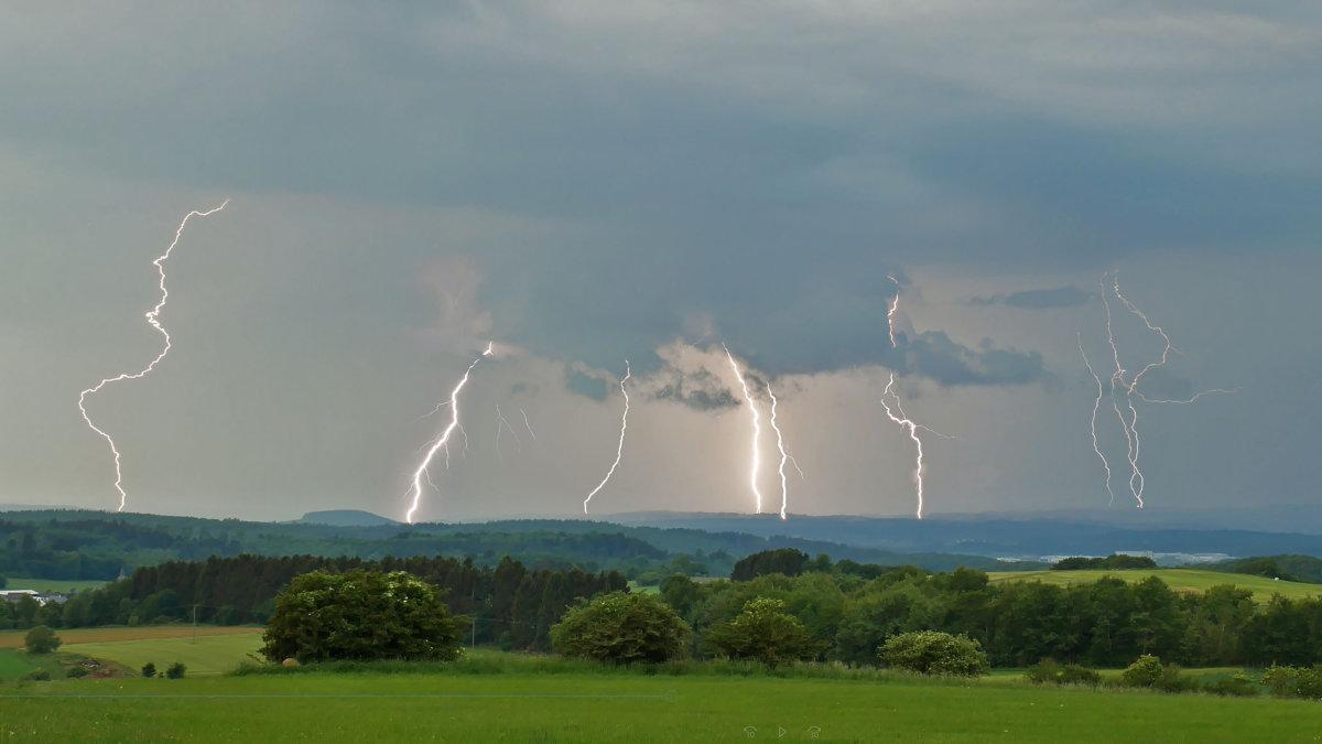 20180608_Blitze Sommerzeit ist Gewitterzeit - Fünf Fakten zu Gewittern Freizeit Blitz Donner Gewitter Unwetter Wetter Wettervorhersage |Presse Augsburg
