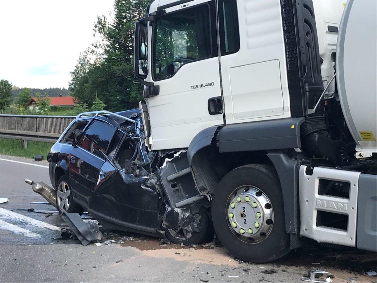IMG-20180602-WA0115 Landkreis Oberallgäu  Frau stirbt bei schwerem Verkehrsunfall auf der B12 bei Weitnau News Newsletter Oberallgäu Polizei & Co B12 LKW Unfall Weinau  Presse Augsburg