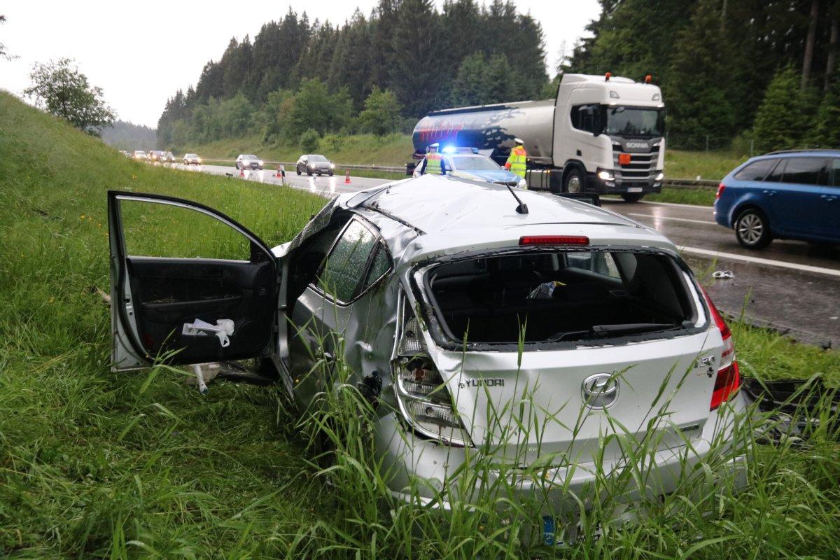 IMG_4443 B12 bei Waltenhofen  40-Jähriger nach mehrmaligem Überschlag mit PKW lebensgefährlich verletzt News Oberallgäu Polizei & Co Region B12 Unfall Waltenhofen  Presse Augsburg