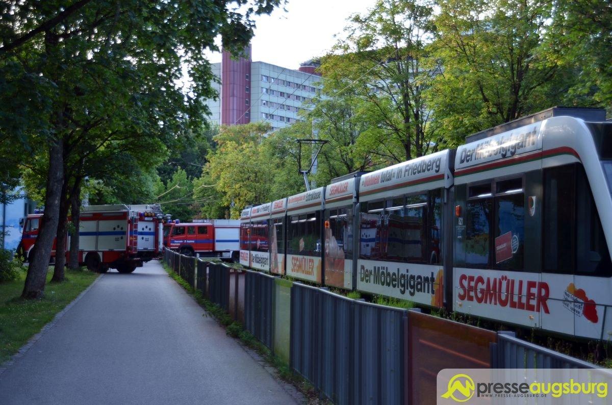 DSC_9125 Tödlicher Unfall beim Klinikum Augsburg - Frau wird von Straßenbahn erfasst und stirbt Augsburg Stadt Bildergalerien News Newsletter Feuerwehr Frau stirbt Klinikum Augsburg Polizei Straßenbahn Unfall  Presse Augsburg