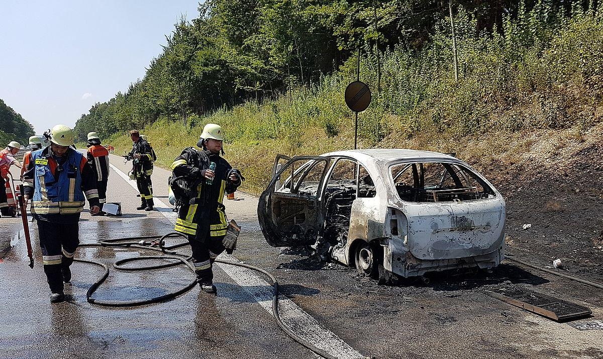 20180803_124411 Auto brennt auf A96 bei Memmingen aus - Wieder einmal funktioniert die Rettungsgasse nicht Polizei & Co Unterallgäu A96 Auto brennt Buxachtalbrücke Feuerwehr Polizei Rettungsgasse |Presse Augsburg