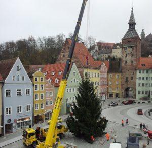 Christbaum auf dem Landsberger Hauptplatz aufgestellt