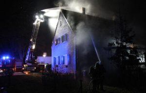 Augsburg-Haunstetten | Brennender Baum setzt Haus in Flammen