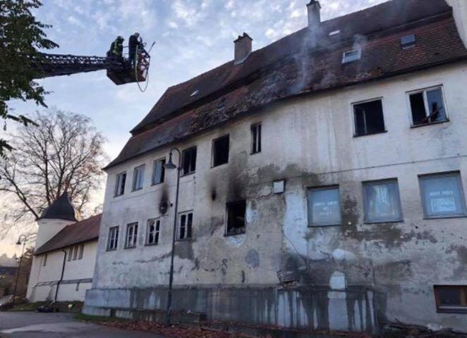 emersacker Großbrand im Landkreis Augsburg - Schloss Emersacker steht in Flammen Bildergalerien Landkreis Augsburg News Polizei & Co Brand Emersacker Feuerwehr Schlossgaststätte |Presse Augsburg