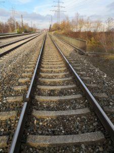 Augsburg | Gefährlicher Eingriff in den Bahnverkehr - Unbekannter legt Eisenplatten, Schrauben und Schottersteine auf Gleise