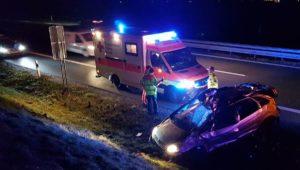 A96/Türkheim   Pkw überschlägt sich auf Autobahn - Fahrer wird aus dem Auto geschleudert