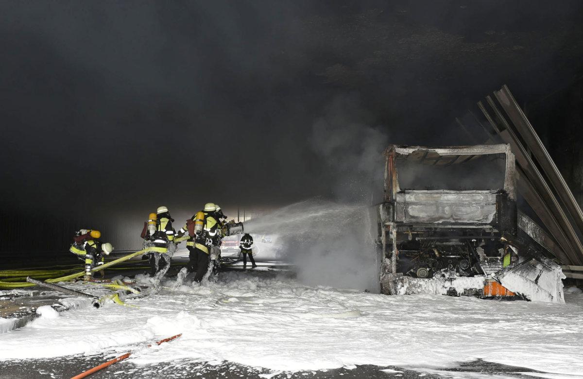 2018_12_07_TegernseerLandstraDFe_018 München | Vollbesetzter Reisebus gerät in Brand und brennt aus Bayern Vermischtes Bus brennt Feuerwehr Giesing München Tegernseer Landstraße Unterführung |Presse Augsburg