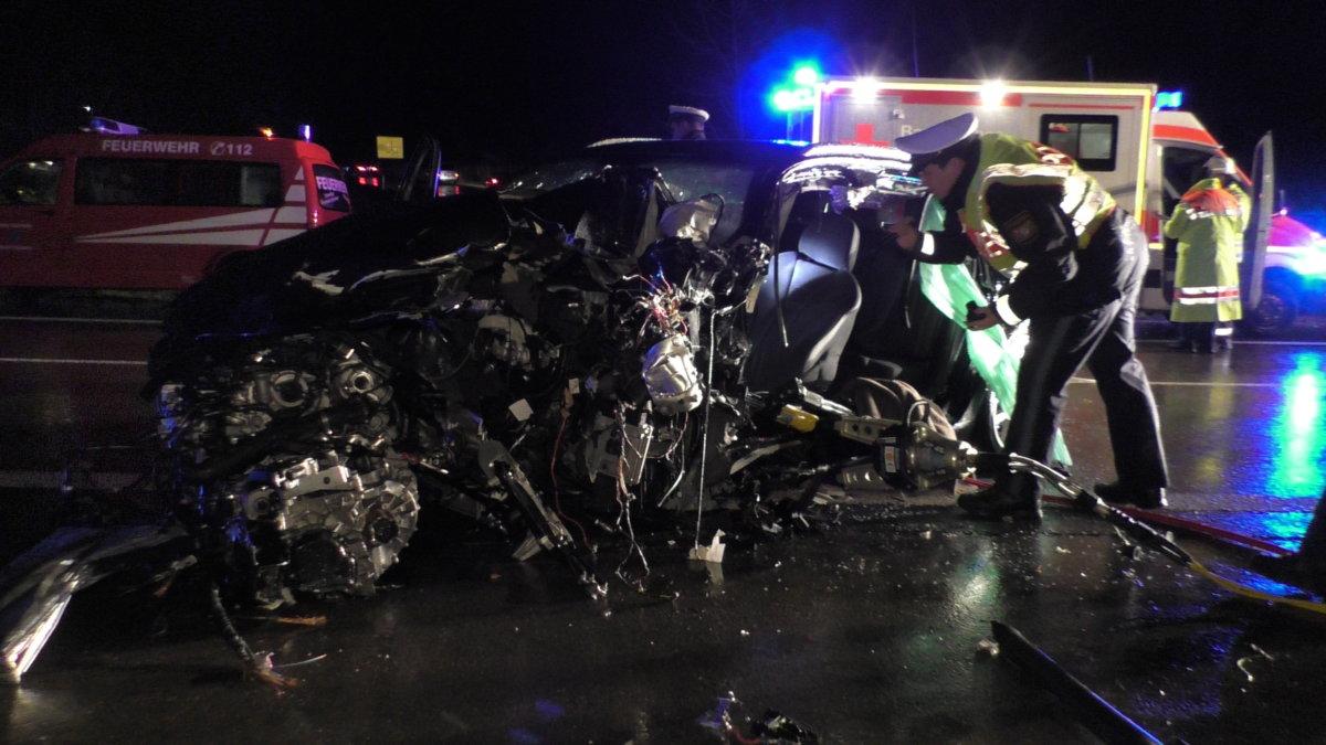 S1640053 B2 bei Kaisheim (Donau-Ries) |Zwei Menschen nach schwerem Unfall in Lebensgefahr Donau-Ries News Polizei & Co B2 Donau-Ries Kaisheim Unfall |Presse Augsburg