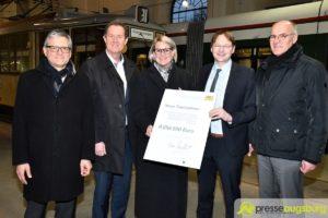 Über 8 Mio. Euro   Verkehrsminister übergibt Förderbescheid für neue Straßenbahnen in Augsburg