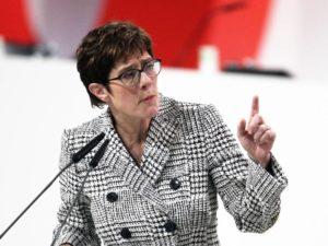 """Kramp-Karrenbauer begrüßt """"Vertrag von Aachen"""""""