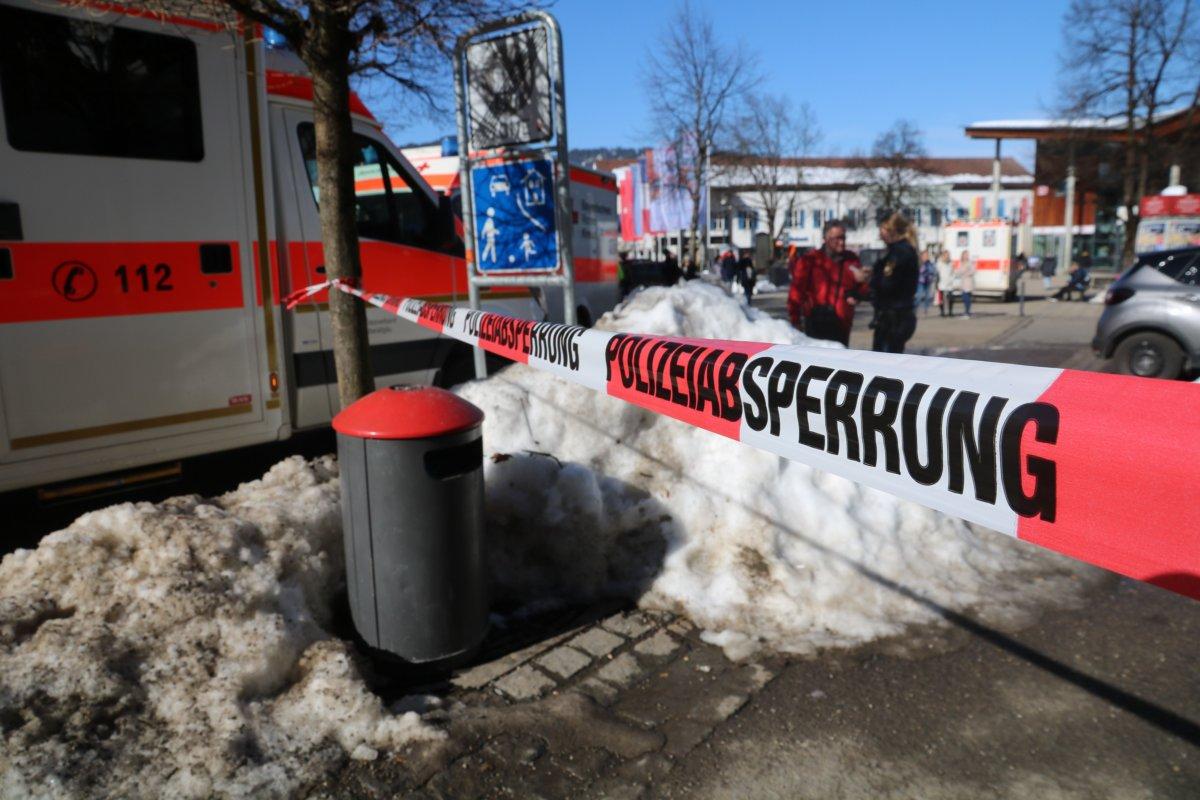 190221_Pkw_Menschenmenge-3 Oberstdorf | Autofahrer erfasst mehrere Passanten News Newsletter Oberallgäu Polizei & Co Auto fährt Fußgänger an Krankenwagen Oberstdorf Polzei |Presse Augsburg