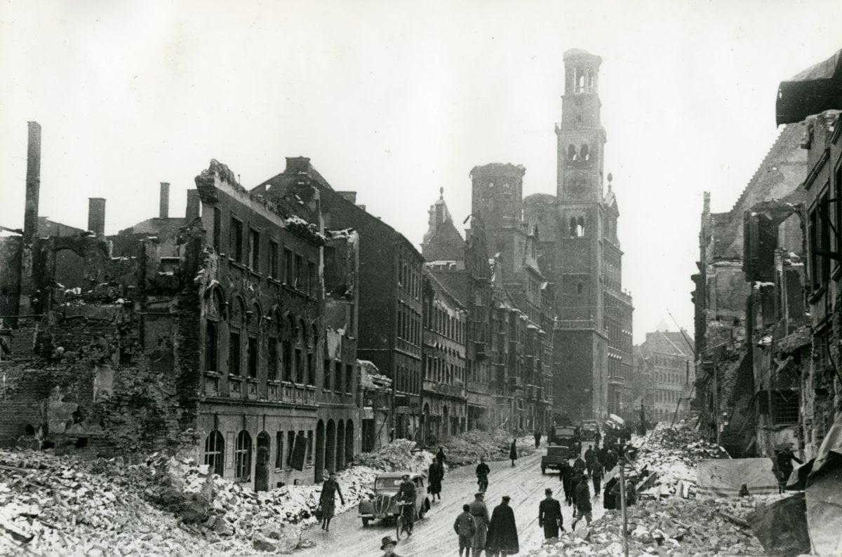 19 02 11 Augsburg Nach Dem Bombenangriff 1944 Rathaus Karolinenstraße Quelle Stadtarchiv