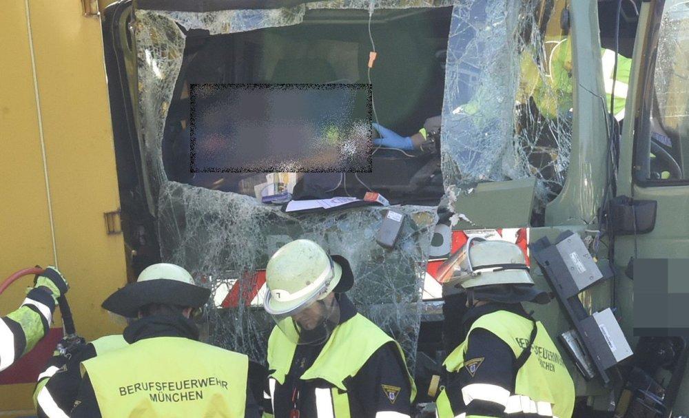 2019_03_20_A99_071-1 Mehrere Verletzte bei schwerem Unfall auf der A99 mit mehreren LKWS Bayern Vermischtes A99 Feldmoching Lastwagen LKW Ludwigsfeld Unfall |Presse Augsburg