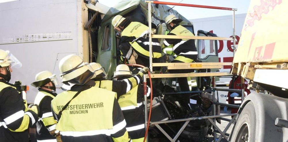 2019_03_20_A99_191 Mehrere Verletzte bei schwerem Unfall auf der A99 mit mehreren LKWS Bayern Vermischtes A99 Feldmoching Lastwagen LKW Ludwigsfeld Unfall |Presse Augsburg