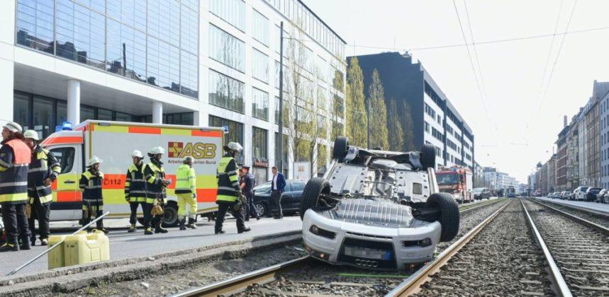 Bildschirmfoto-2019-04-07-um-14.00.11-859x420 Spektakulärer Unfall in München | Audi landet nach Crash kopfüber in Gleisbett Bayern Überregionale Schlagzeilen |Presse Augsburg