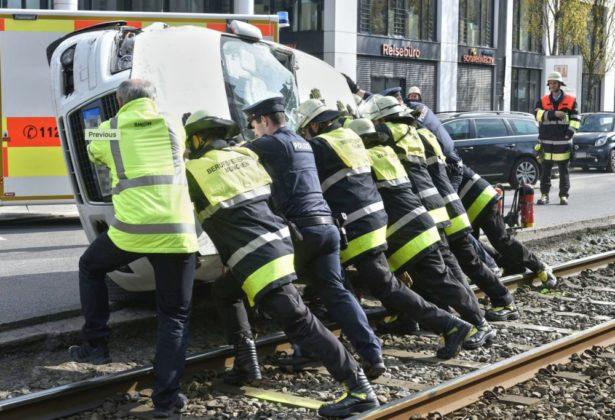 Bildschirmfoto-2019-04-07-um-14.00.36-615x420 Spektakulärer Unfall in München | Audi landet nach Crash kopfüber in Gleisbett Bayern Überregionale Schlagzeilen |Presse Augsburg