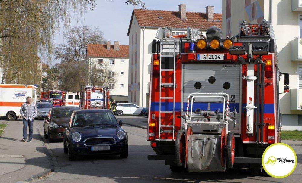 IMG_1885 Augsburg-Göggingen | Feuerwehr rückt zu Brand in Mehrparteienwohnhaus aus Augsburg Stadt News Newsletter Polizei & Co Augsburg-Göggingen Brand Carl-Zeiss-Straße Feuerwehr |Presse Augsburg