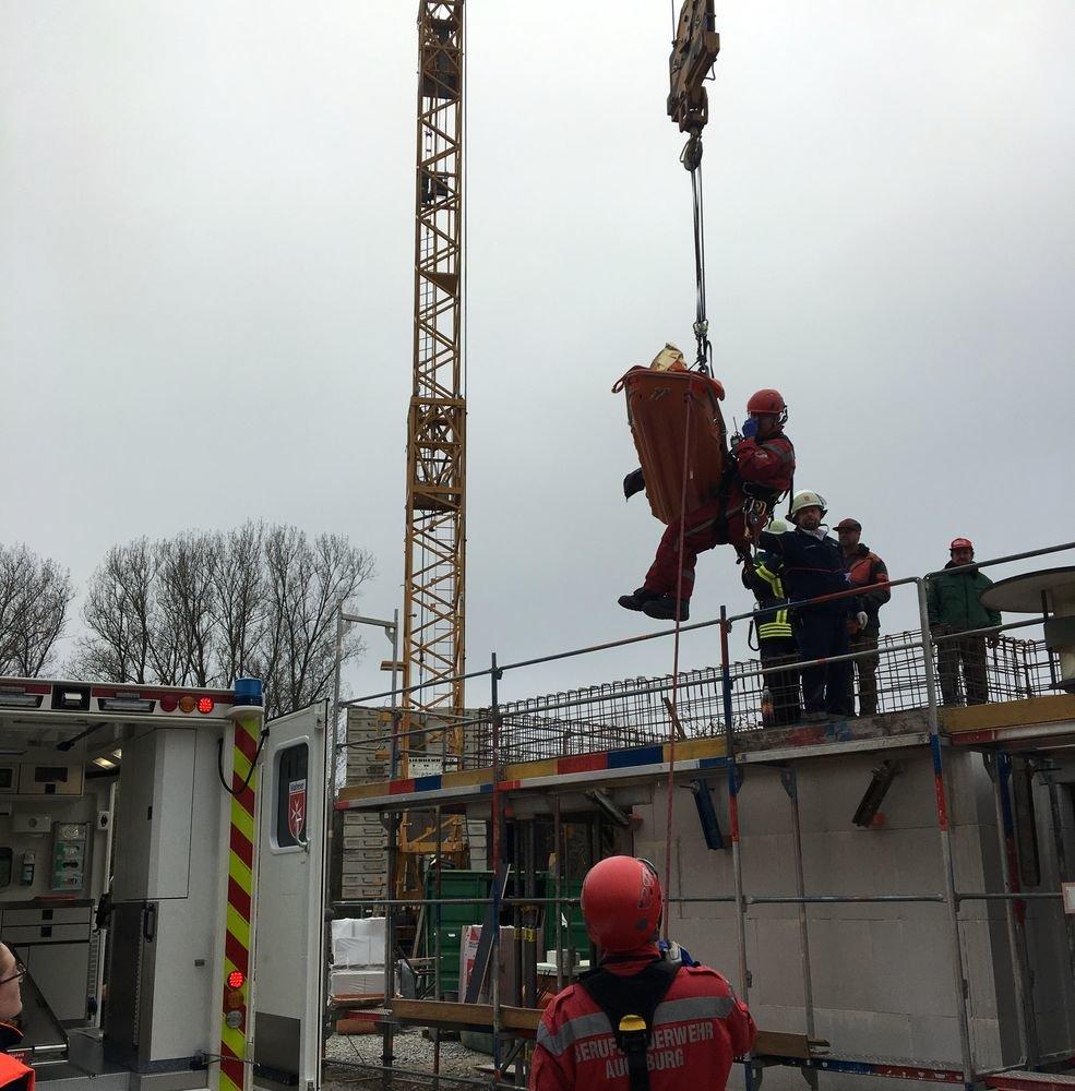 IMG_9598 Berufsfeuerwehr Augsburg muss verletzten Arbeiter aus Baustelle bringen Augsburg Stadt News Polizei & Co Berufsfeuerwehr Augsburg Mühlstraße |Presse Augsburg