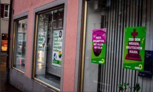 Unbenannt-8-300x182 Donauwörth | Volkverhetzende Werbeplakate vor Parteibüro der Grünen Donau-Ries News Politik Polizei & Co Donauwörth Grüne Plakate Polizei |Presse Augsburg
