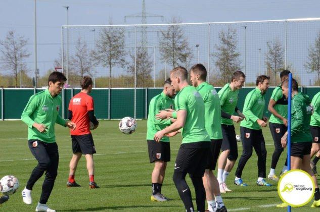 fca_training_044-633x420 Bildergalerie |Der FC Augsburg macht sich fit für Stuttgart Augsburg Stadt Bildergalerien FC Augsburg News Sport |Presse Augsburg