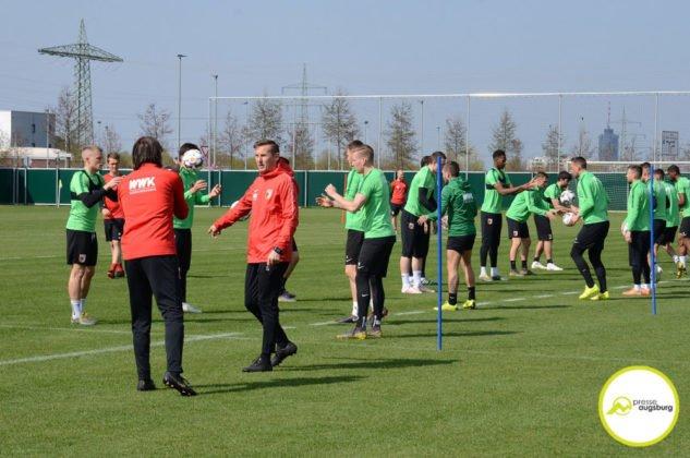 fca_training_046-633x420 Bildergalerie |Der FC Augsburg macht sich fit für Stuttgart Augsburg Stadt Bildergalerien FC Augsburg News Sport |Presse Augsburg
