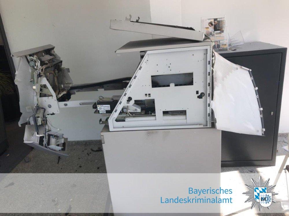 gesprengter-Geldautomat Kreis Schwandorf | Geldautomat in Schwarzenfeld gesprengt Bayern Überregionale Schlagzeilen |Presse Augsburg
