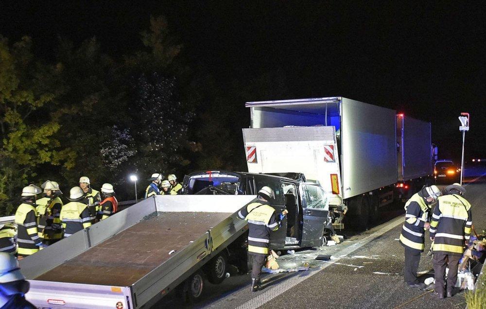2019_05_16_A99RichtungSalzburg_066_presse Schwerer Verkehrsunfall mit einem Verletzten auf der Eschenrieder Spange Bayern Vermischtes A99 Eschenrieder Spange Feuerwehr LKW Unfall |Presse Augsburg