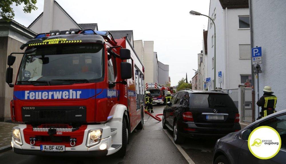 ziv-a-ps-5181 Flammen schlagen aus dem Fenster - Zimmerbrand in Augsburg-Lechhausen Augsburg Stadt News Polizei & Co Brand Feuer Feuerwehr Lechhausen |Presse Augsburg