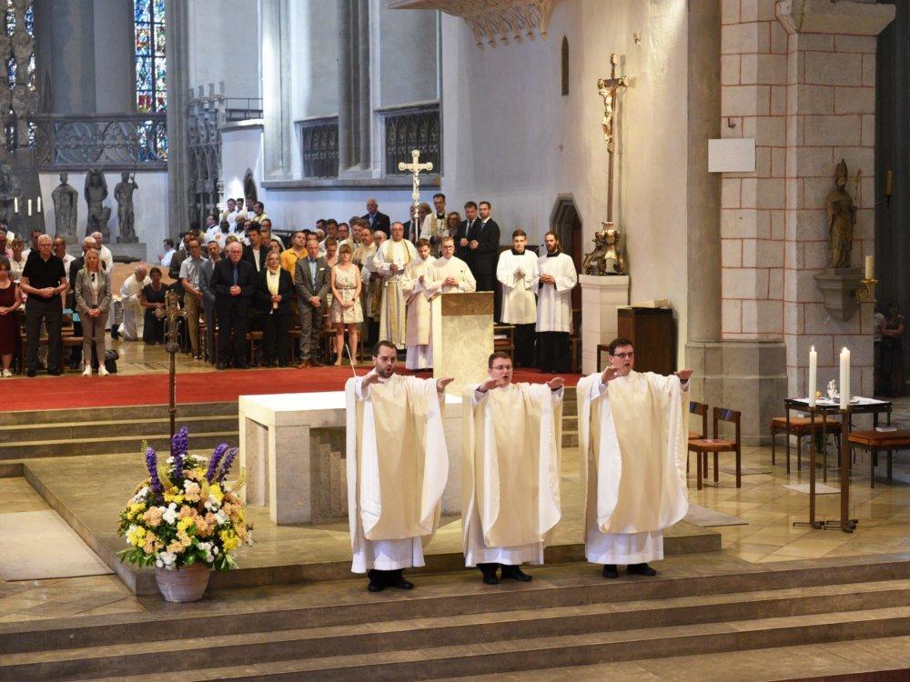 Die Neugeweihten Priester Spenden Den Primizsegen. Foto Simone Zwikirsch Pba