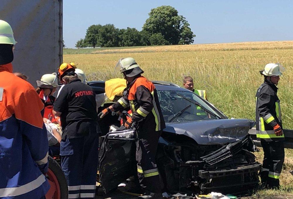 n5_190624_ID15782_5 Mehrere Verletzte nach Frontalkollision auf der B300 bei Kühbach Aichach Friedberg News Polizei & Co B300 Kühbach Sperre Stau Unfall |Presse Augsburg