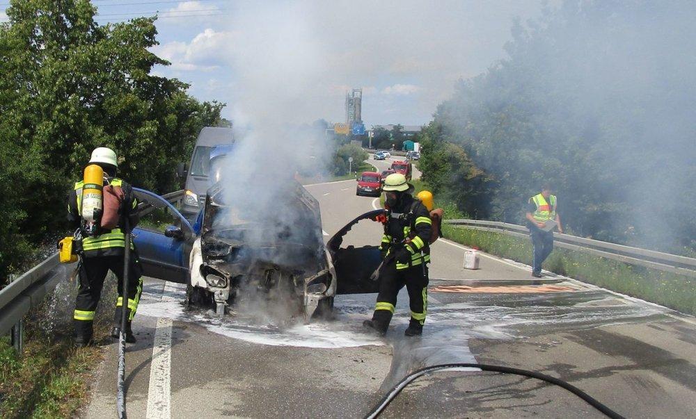IMG_0240 Auto brennt auf Augsburger B17-Ausfahrt - weitere Einsätze halten Feuerwehr auf Trab Augsburg Stadt News A8 Augsburg Auto brennt Autobahn B17 Bahn Feuer Feuerwehr GVZ Oberhausen |Presse Augsburg