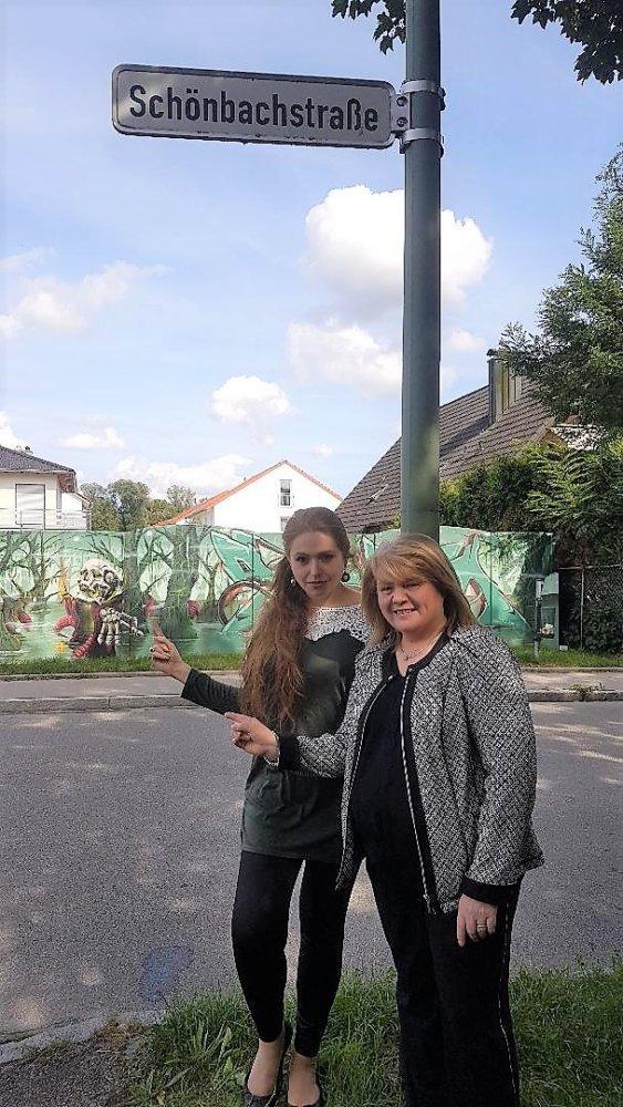 Anna Tabak Und Anita Ponzio Vor Der Deponie In Der Schönbachstraße