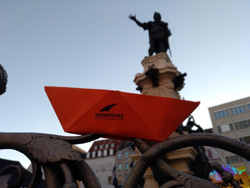 Friedenstafel In Orange Pressefoto