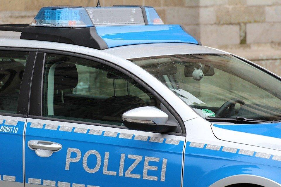 police-974410_960_720 Augsburg   Mann rast mit Auto über Fußweg an Bäckerei vorbei und beleidigt Passanten Augsburg Stadt News Newsletter Polizei & Co  Presse Augsburg
