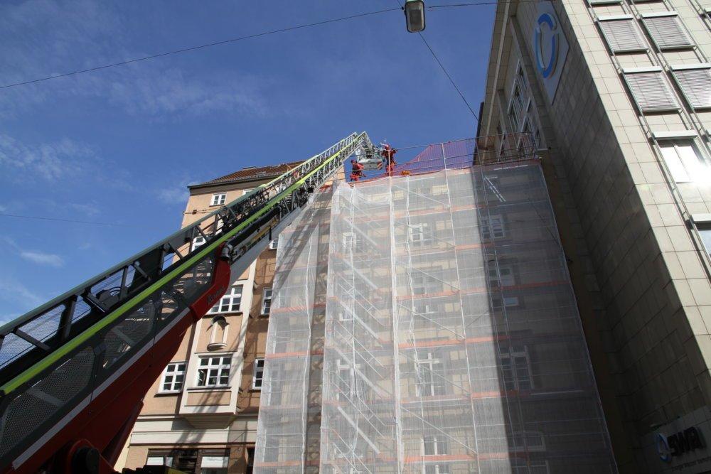 IMG_5376 Medizinsicher Notfall auf Baugerüst - Augsburger Feuerwehr hilft in luftiger Höhe Augsburg Stadt News Polizei & Co Augsburg Feuerwehr Gerüst Hoher Weg |Presse Augsburg