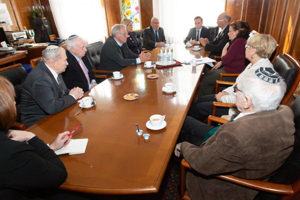 2019.10.11 Synagoge Tisch Mit Vorstand