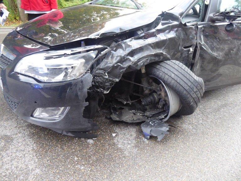 Bild-015 Zusammenstoß auf der B16 - Auto gerät in Gegenspur und touchiert Sattelzugmaschine Donau-Ries News Polizei & Co Auto B16 LKW Rain Unfall |Presse Augsburg