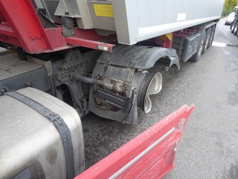 Bild-026 Zusammenstoß auf der B16 - Auto gerät in Gegenspur und touchiert Sattelzugmaschine Donau-Ries News Polizei & Co Auto B16 LKW Rain Unfall |Presse Augsburg