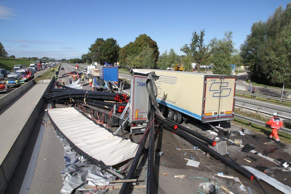 IMG_5599 A8 bei Augsburg nach schwerem Lkw-Unfall gesperrt Landkreis Augsburg News Polizei & Co A8 Augsburg Feuerwehr LKW Unfall |Presse Augsburg