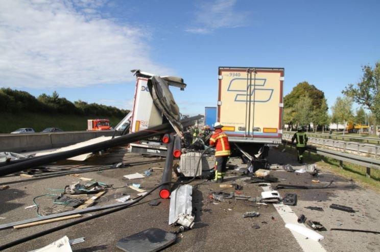 Unbenannt A8 bei Augsburg nach schwerem Lkw-Unfall gesperrt Landkreis Augsburg News Polizei & Co A8 Augsburg Feuerwehr LKW Unfall |Presse Augsburg