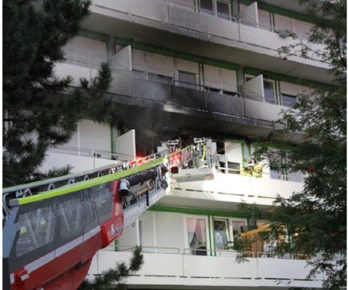 Unbenannt1-504x420 Augsburg | Meterhohe Flammen bei Wohnungsbrand in der Rauwolffstraße Augsburg Stadt Bildergalerien News Polizei & Co Augsburg Brand Feuerwehr Flammen Rauwolffstraße |Presse Augsburg