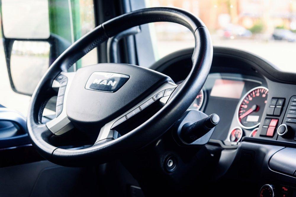 steering-wheel-4059377_1280 BAB A8/Dasing - Kieslaster kippt während Fahrt seine Ladung auf die Autobahn Aichach Friedberg News Polizei & Co |Presse Augsburg