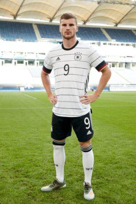 dfb-trikot-adidas-euro2020-em3-280x420 EM-Look fürs DFB-Team: Weißes Shirt mit «Nadelstreifen» Bildergalerien Sport Überregionale Schlagzeilen Videos adidas DFB EM Euro2020 Trikot  Presse Augsburg
