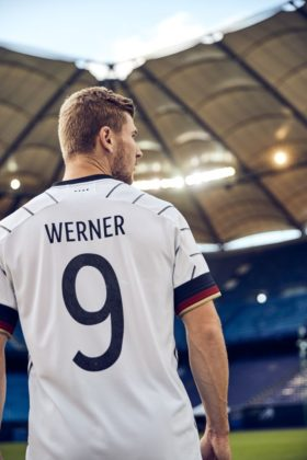 dfb-trikot-adidas-euro2020-em5-280x420 EM-Look fürs DFB-Team: Weißes Shirt mit «Nadelstreifen» Bildergalerien Sport Überregionale Schlagzeilen Videos adidas DFB EM Euro2020 Trikot  Presse Augsburg