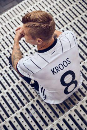 dfb-trikot-adidas-euro2020-em7-280x420 EM-Look fürs DFB-Team: Weißes Shirt mit «Nadelstreifen» Bildergalerien Sport Überregionale Schlagzeilen Videos adidas DFB EM Euro2020 Trikot  Presse Augsburg